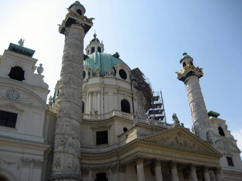 Die Karlskirche in Wien ist eine bekannte Sehenswürdigkeit der Stadt